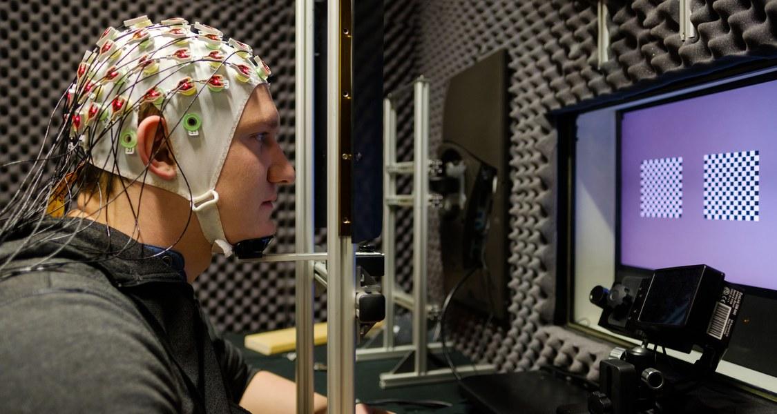 Autopilot im Kopf: Probanden mit EEG-Kappe helfen der Neurophysik, Hirnaktivitäten zu studieren. (Foto: Rolf Wegst für CMBB